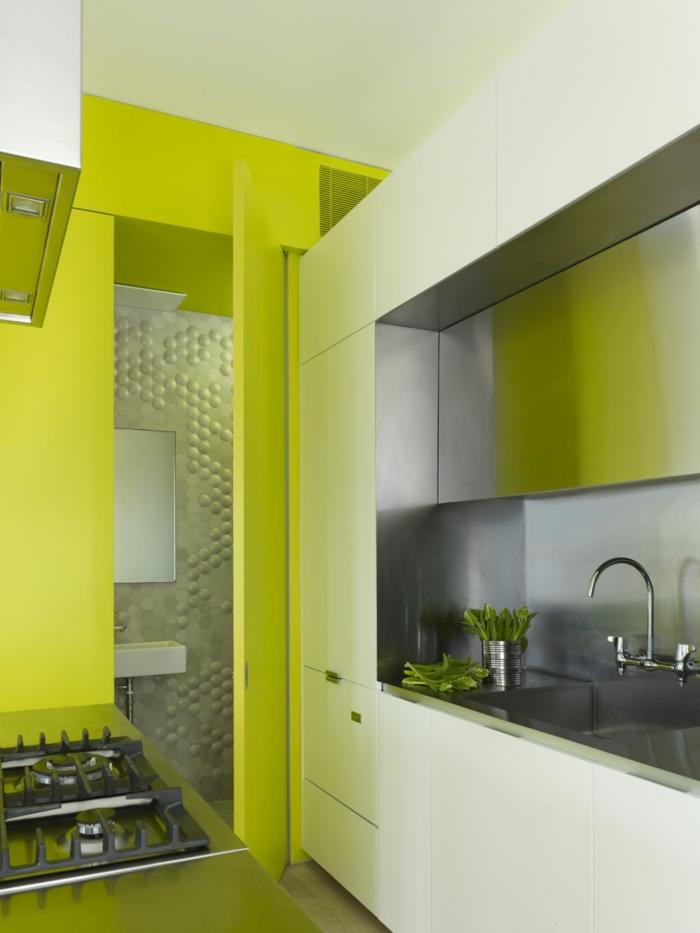 einzimmerwohnung einrichten box küche neongrüne wände metall küchenrückwand