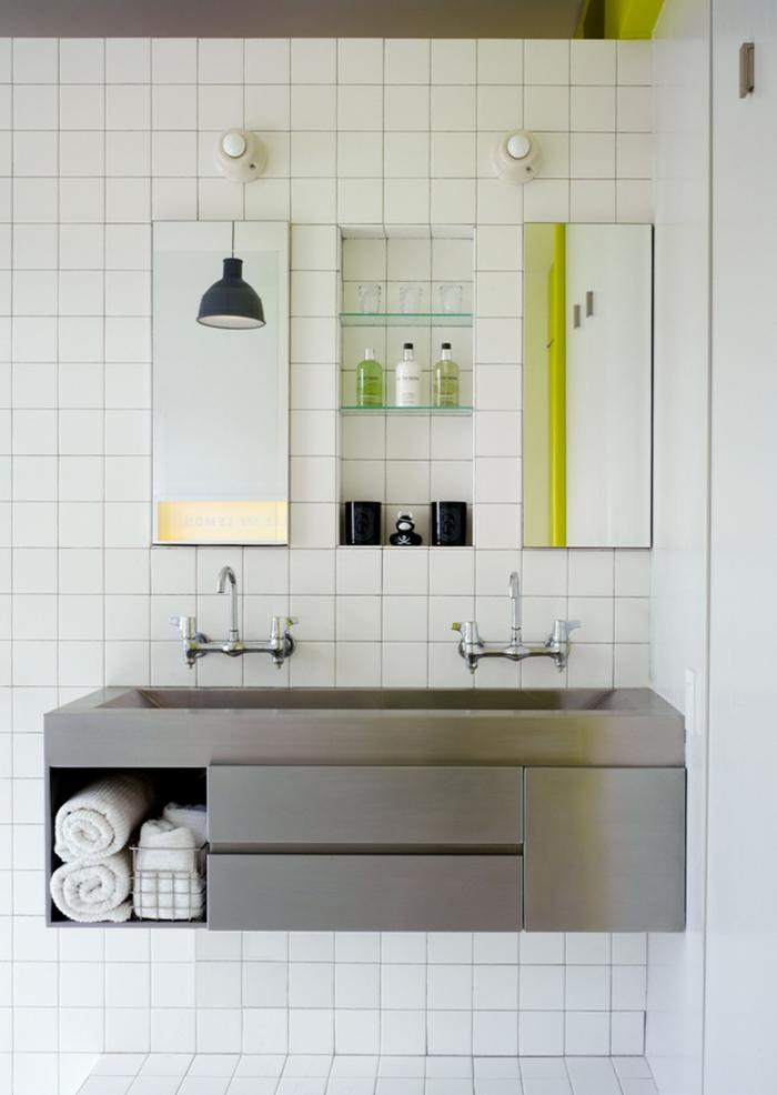 einzimmerwohnung einrichten duschkabine waschbecken weiße wandfliesen wandspiegel