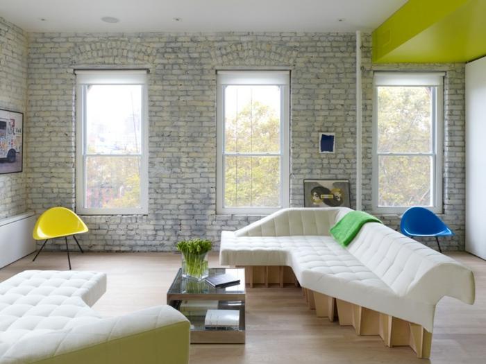 einzimmerwohnung einrichten loftwohnung wohnzimmer weiße couch plastik designer stuhl