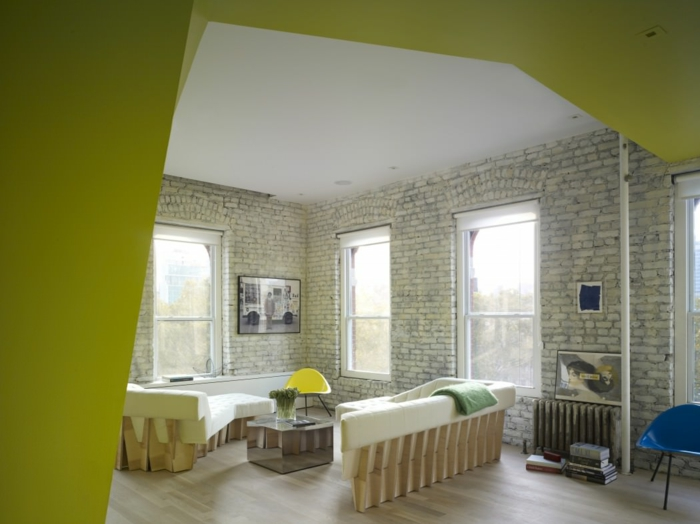 einzimmerwohnung einrichten loftwohnung ziegelsteinwand weiß sofa couch holzmöbel
