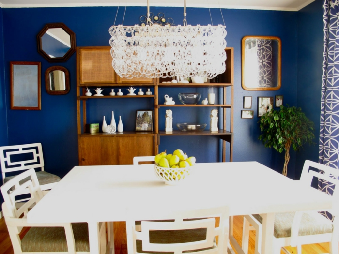 esszimmer einrichten blaue wandfarbe weiße möbel