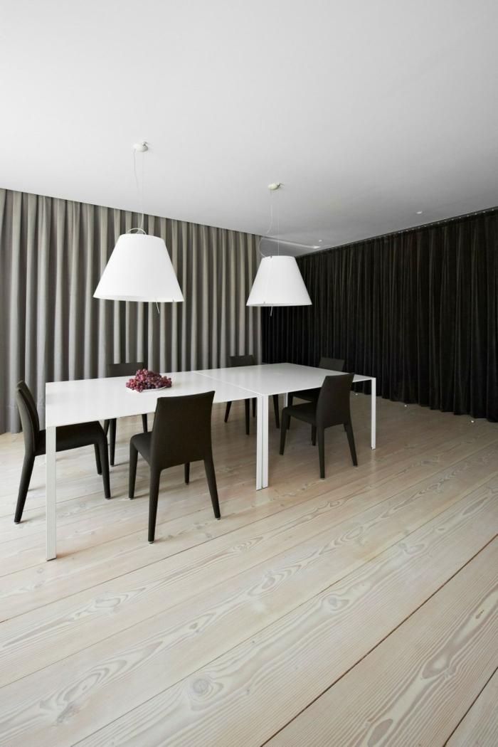 esszimmer einrichten weißer esstisch schwarze stühle holzboden