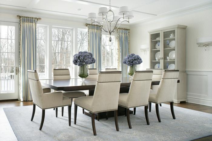 esszimmermöbel langer esszimmertisch blumen tischdeko weiße stühle