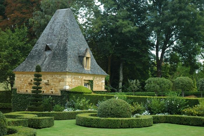 gartengestaltng garten ideen buchsbaumhecke sträucher grünes gras steinhaus gartenhaus