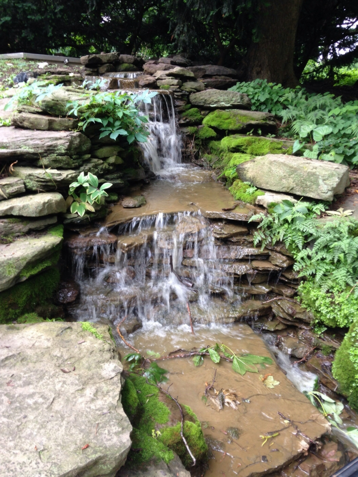 gartengestaltung großer garten wasserfall steine spaziergang