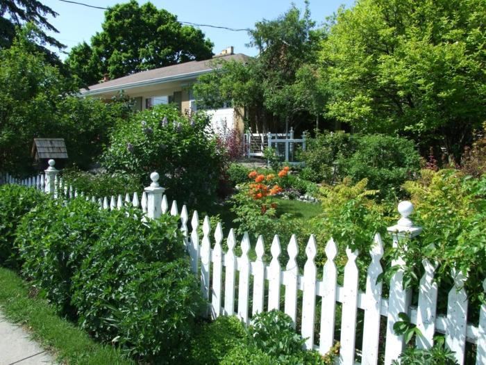gartengestaltung hinterhof gestalten weißer zaun pflanzen spazieren gehen