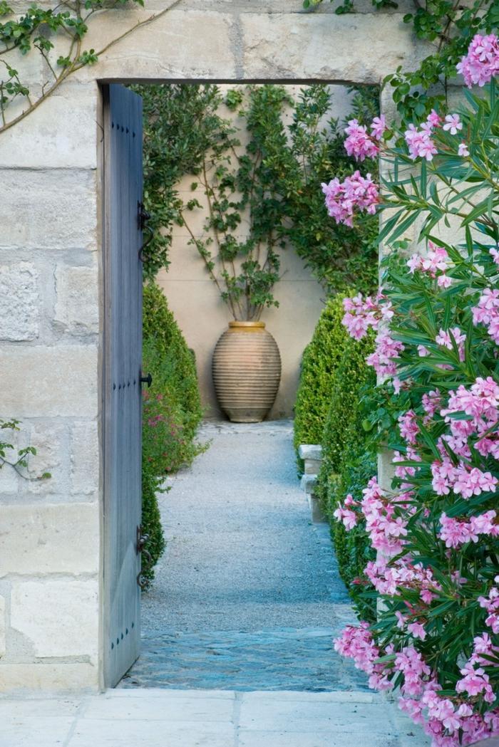 gartengestaltung ideen blumen büsche gartenweg italienischer stil