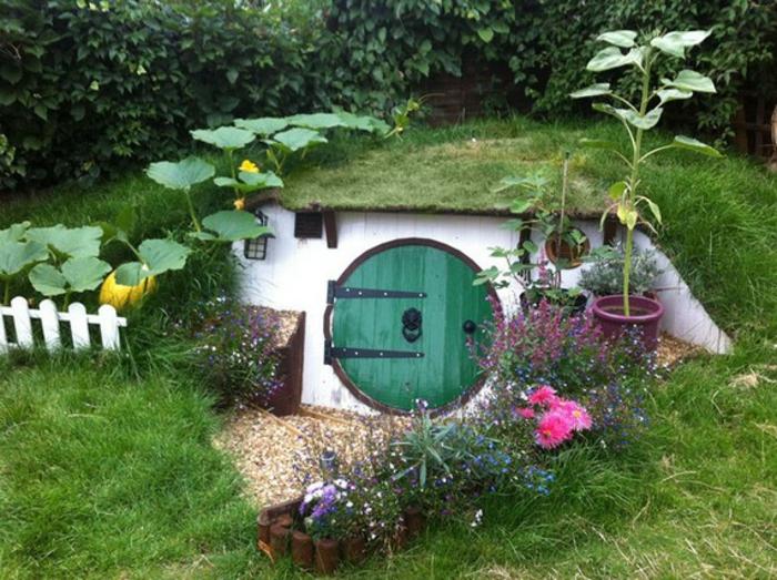 gartenhaus selber bauen hobbit runde tür holz gras blumen kürbis