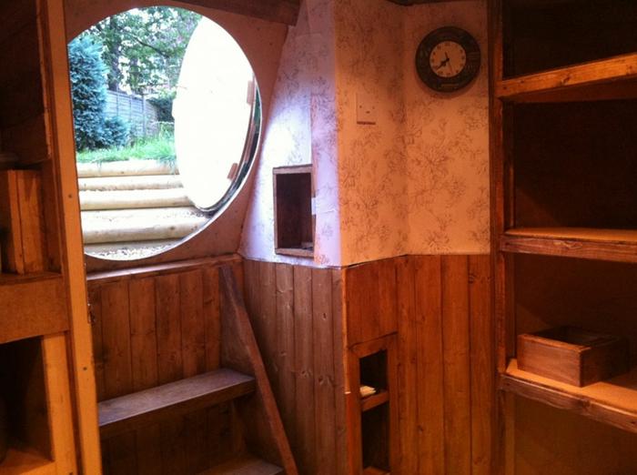 gartenhaus selber bauen hobbithaus holzdielen runde türöffnung
