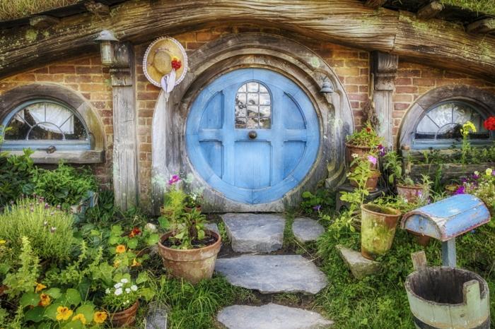 gartenhaus selber bauen holzhaus runde tür hobbithaus