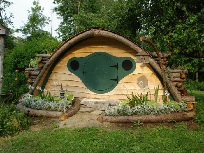 gartenhaus selber bauen organische formen holz runde tür hobbithaus