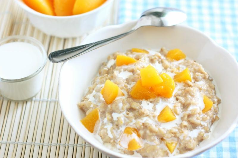 gesunde Ernährung für Kinder Haferflocken mit Obst zum Frühstück
