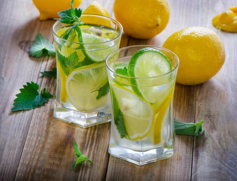 gesundes Leben führen gesunde Gewohnheiten Wasser mit Zitrone