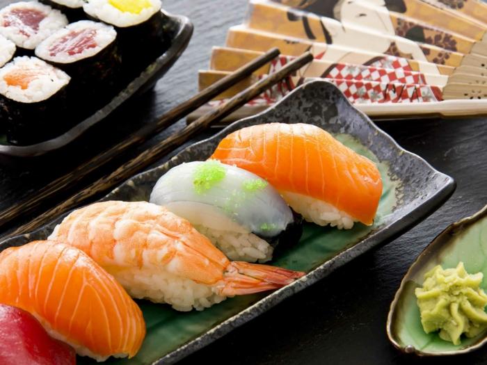 gesundes essen brunch japanische spezialitäten sushi lachs reis fisch