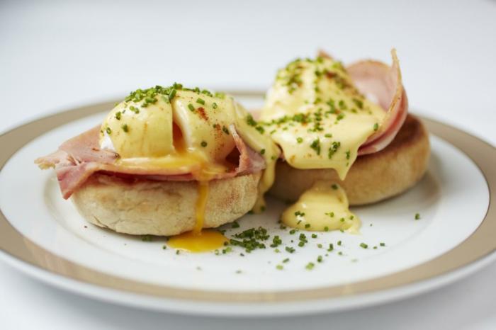 gesundes essen frühstück brötchen käse schinken kleine portionen