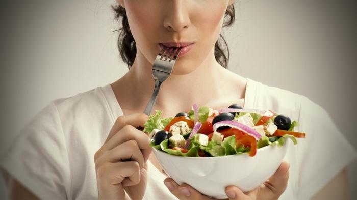 gesundes essen frisches gemüse käse oliven salat ausgewogene ernährung