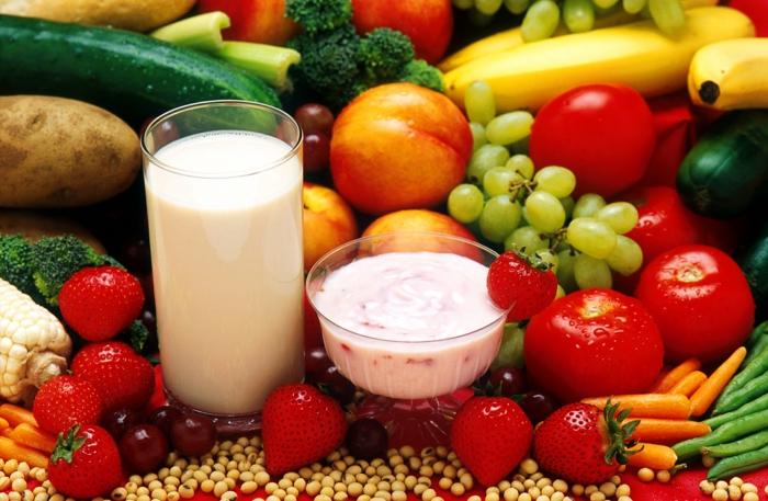 gesundes essen gemüse früchte erdbeeren tomaten möhren pfirsiche trauben milch joghurt
