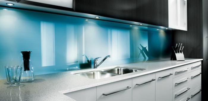 glasrückwand küche acrylglas hellblau weiße küchenschränke