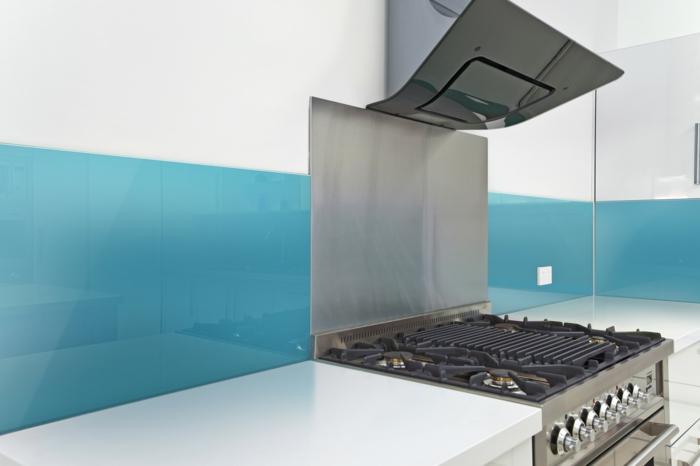 glasrückwand küche blau akzente setzen