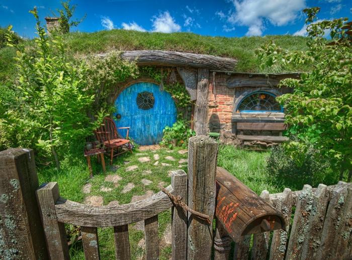 hobbit haus gartenhaus selber bauen runde türen lehm holz gartenzaun