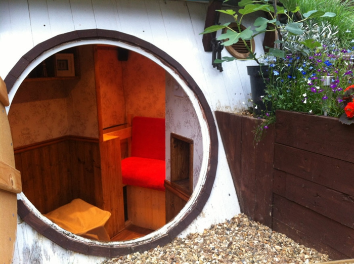 hobbithaus selber bauen runde tür kieselsteine