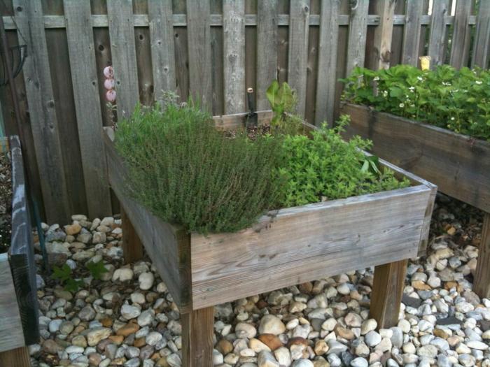 Hochbeete anlegen und die Produktivität im kleinen Garten erhöhen!