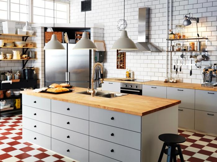 ikea küchen cremeweiße schränke pendelleuchten industrieller stil weiße metrofliesen