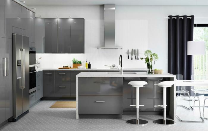 ikea küchen helle schränke grau hochglanz barhocker weiß kücheninsel