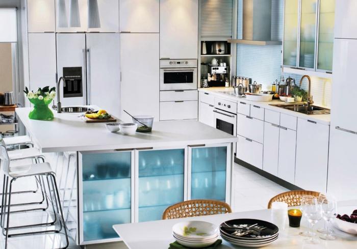ikea aküchen weiße fronten küchenschränke vitrine eingebaute küchengeräte