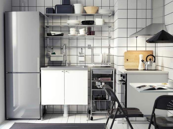 ikea küchen weiße wandfliesen offene wandregale klappstühle waschtisch weiß