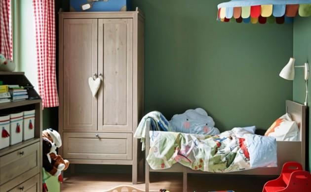 ikea-kinderzimmer-holzmöbel-kleiderschrank-grüne-wände-bett-kinderzimmerteppich