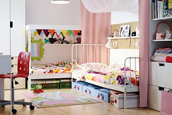 ikea kinderzimmer holzmöbel metallbett hochbett kinderzimmerteppich regale bürostuhl