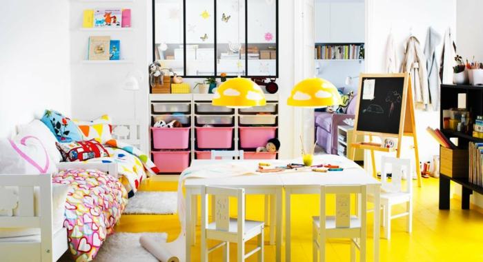 ikea kinderzimmer holzmöbel tisch stühle kreidetafel spielzeug aufbewahrung