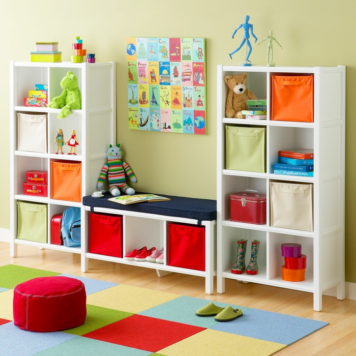 ikea kinderzimmer holzmöbel wandregale spielzeug aufbewahrung kinderzimmerteppich