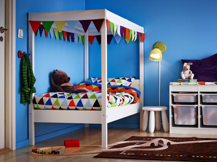 ikea kinderzimmer holzmöbel weiß etagenbett bettwäsche geometrische muster