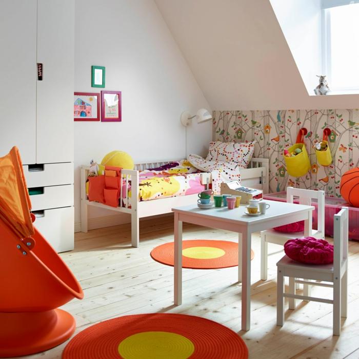 ikea kinderzimmer holzmöbel weiß tisch stühle bettgestell kleiderschrank holzdielen