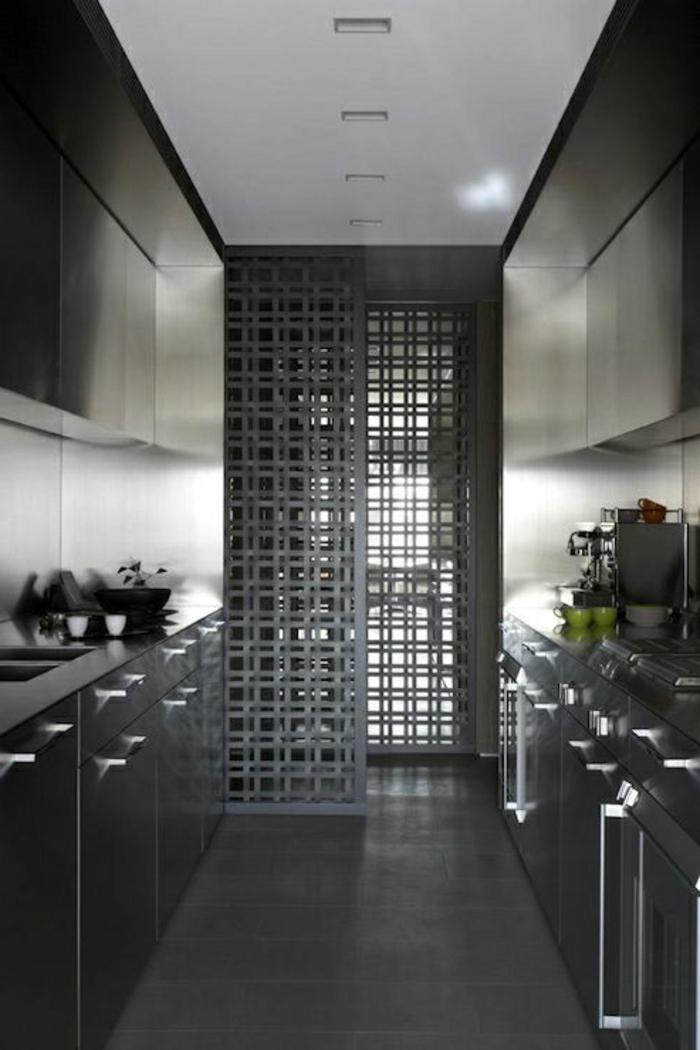 kücheneinrichtung dunkle küche kleine küche einrichten