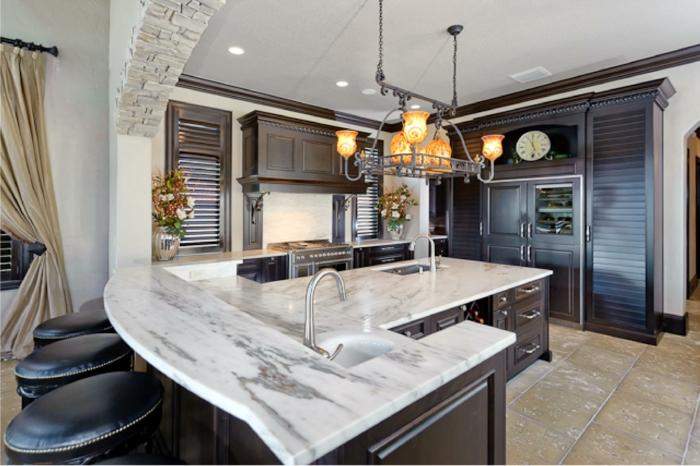 kücheneinrichtung marmor arbeitsplatte bodenfliesen blumen
