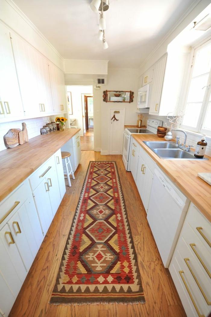 kücheneinrichtung materialien hölzerne arbeitsplatte weiße küchenschränke teppichläufer