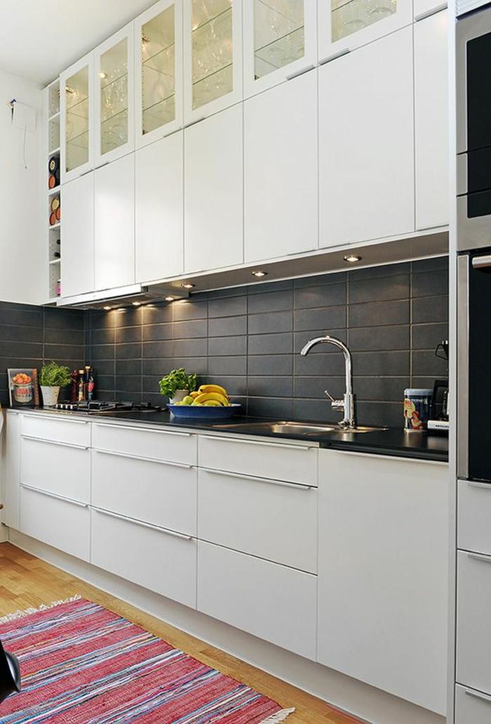 kücheneinrichtung teppichläufer streifen graue küchenrückwand