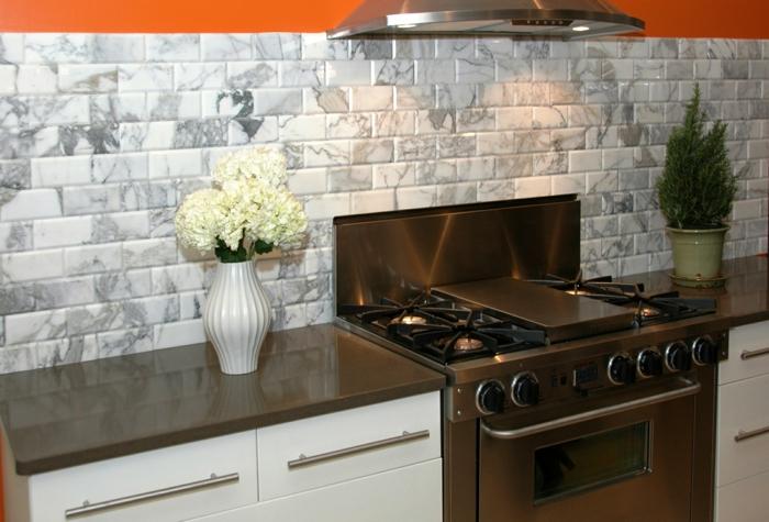 kücheneinrichtung wandfliesen marmor blumendeko