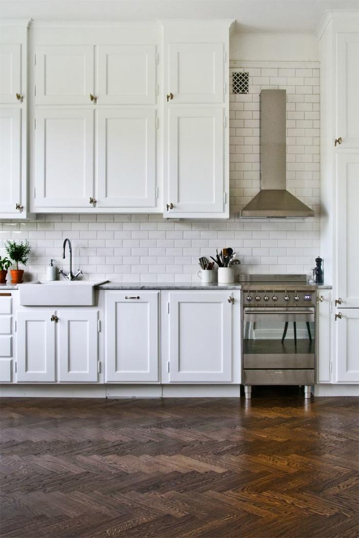 kücheneinrichtung wandgestaltung metro fliesen weiße küchenschränke