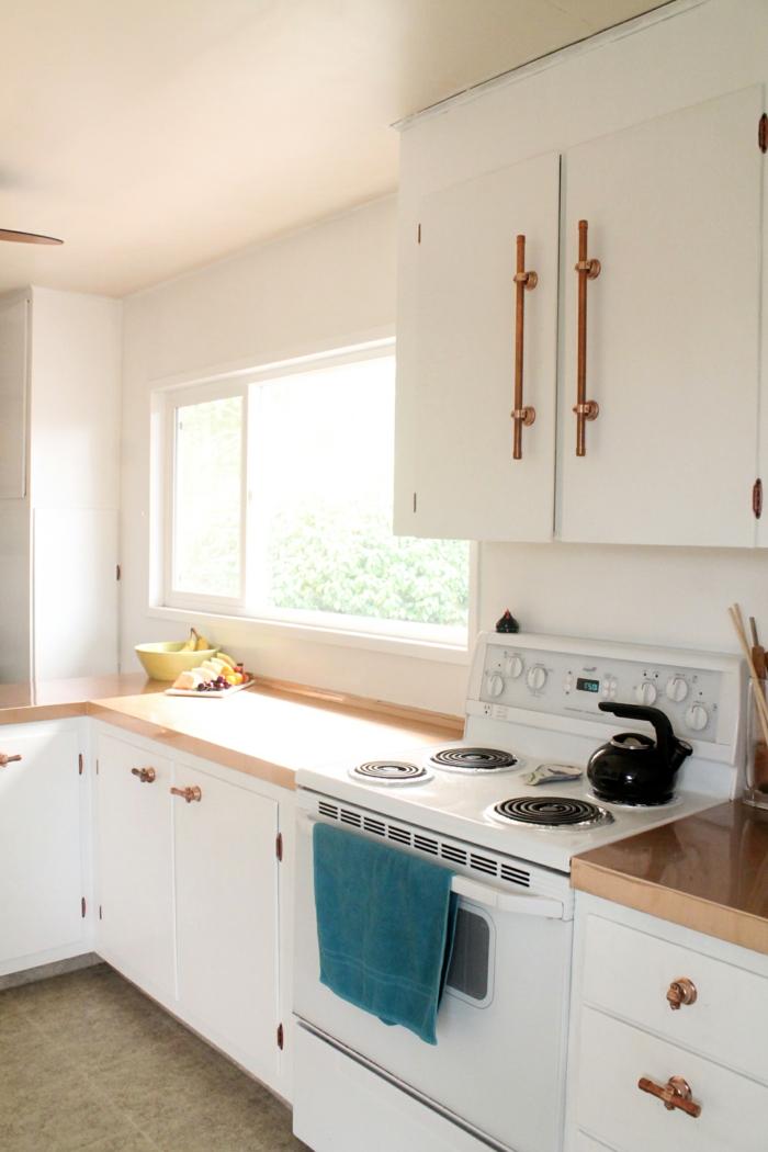 kücheneinrichtung weiß hölzerne arbeitsplatte