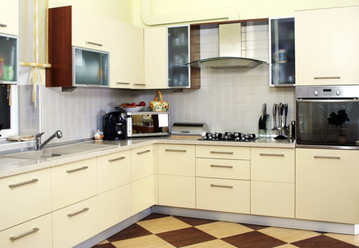 kücheneinrichtung vinyl bodenbelag helle küchenschränke