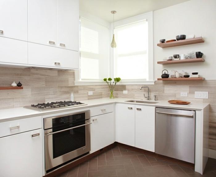 küchenmöbel küchenrückwand holzoptik weiße küchenschränke pflanzen