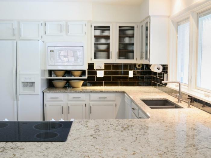 küchenmöbel marmor arbeitsplatte küchenrückwand dunkle wandfliesen weiße küchenschränke