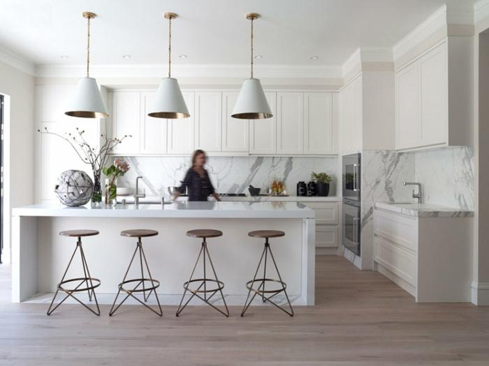 küchenmöbel weiße kücheneinrichtung kücheninsel barhocker hängelampen marmor wände