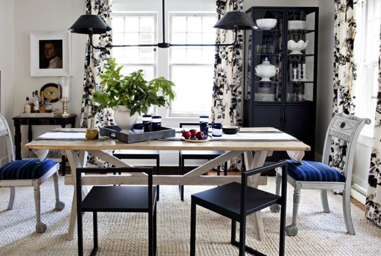 Klassisches Esszimmer Einrichten Holztisch Esszimmerstühle Gepolstert Blau