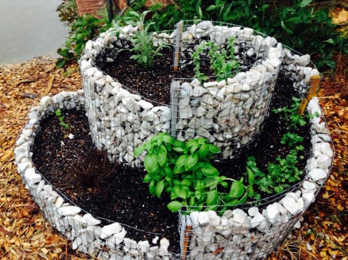 kräuterspirale stein kleine steine voller blüte backsteine heilkräuter Kräuterspirale bauen