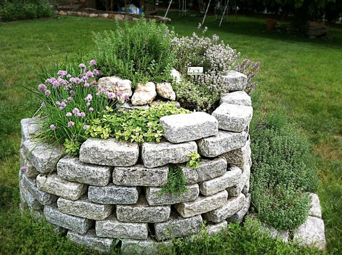 kräuterspirale stein kleine steine voller blüte backsteine heilpflanzen küchenkräuter stein Kräuterspirale bauen